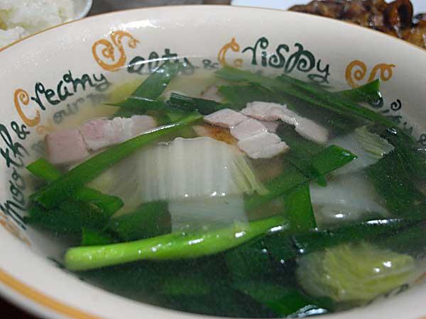 白菜とニラとベーコンのスープ